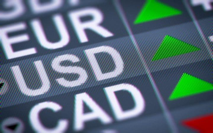 Por que taxas de câmbio sofrem variação cambial na compra de moedas?
